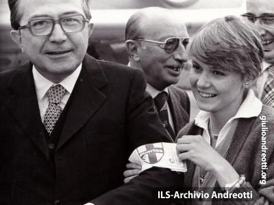 24 settembre 1977. Alla Festa dell'amicizia della DC a Palmanova, il saluto a Giulio Andreotti, presidente del Consiglio, da parte di una giovane militante.