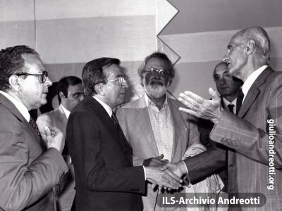 """Festa dell'Amicizia della DC, Trento, Agosto 1981. Il saluto di Giulio Andreotti a Indro Montanelli dopo la registrazione del """"Ping pong"""" del TG1."""
