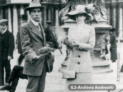 I genitori di Giulio Andreotti: Filippo Alfonso Andreotti e Rosa Falasca in viaggio di nozze a Venezia.