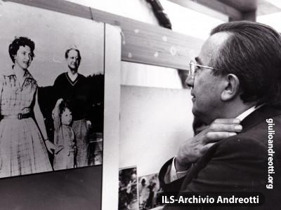 Festa dell'Amicizia della DC, Trento, Agosto 1981. Andreotti in visita alla mostra fotografica su De Gasperi.