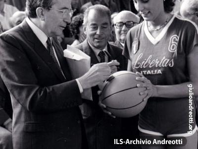 Festa dell'Amicizia della DC, Trento, Agosto 1981. L'autografo di Andreotti sul pallone di basket di un'atleta della Libertas