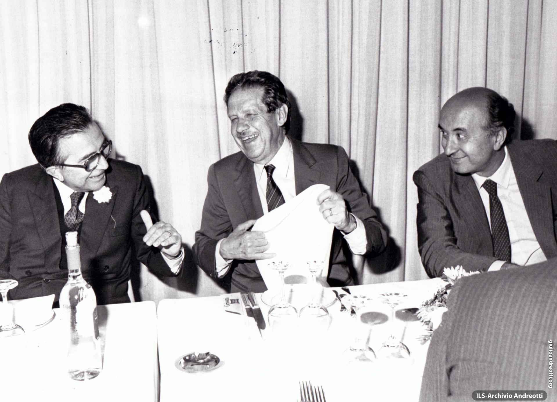 Festa dell'Amicizia della DC, Fiuggi, 10-18 settembre 1983. Andreotti a tavola con Piccoli e De Mita.