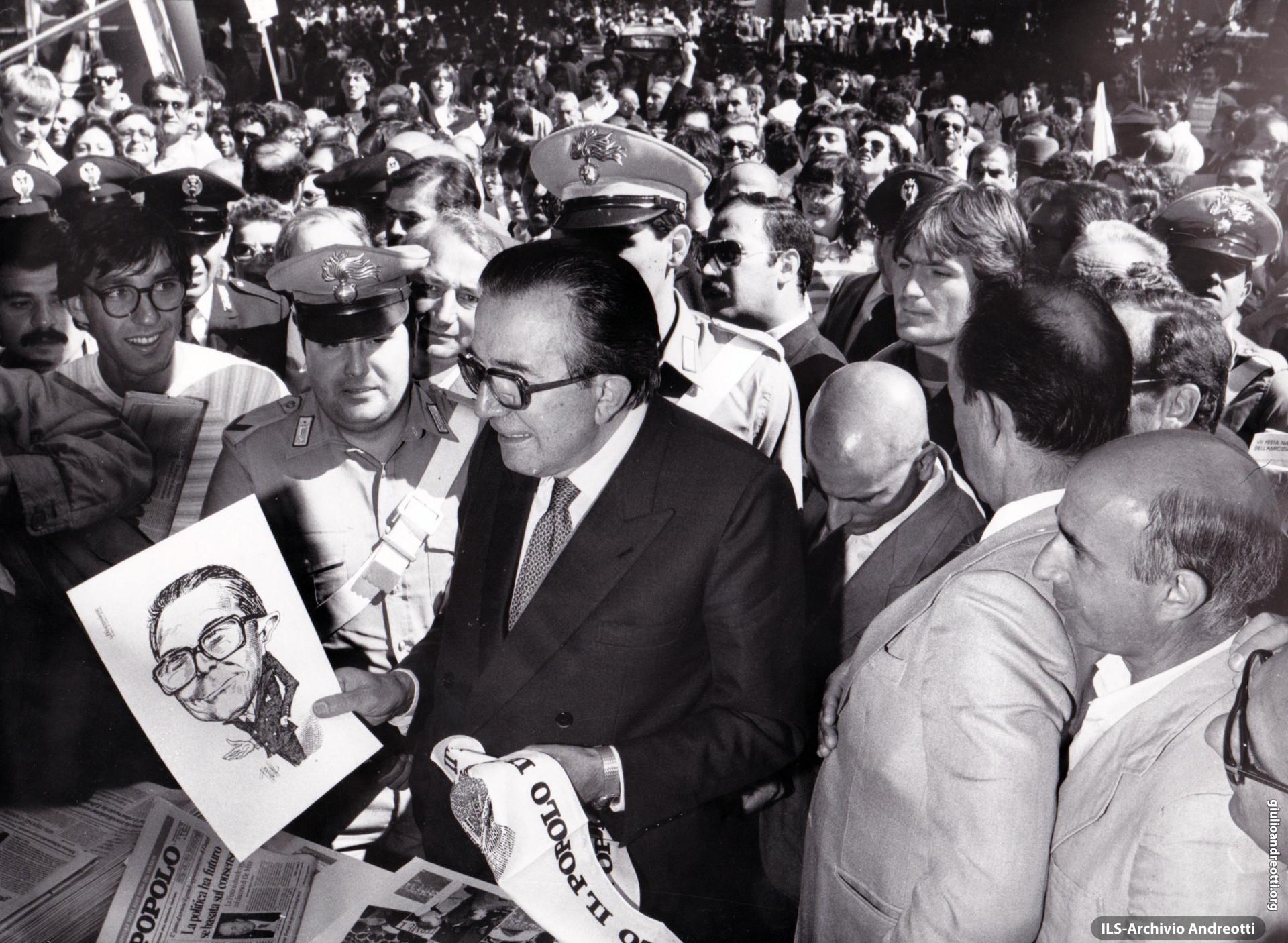 Festa dell'Amicizia della DC, Fiuggi, 10-18 settembre 1983. Andreotti divertito da una sua caricatura al banco della stampa di Partito.