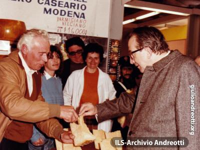 Festa dell'Amicizia della DC, Bari, aprile 1985. Degustazione di parmigiano reggiano allo stand dei produttori modenesi