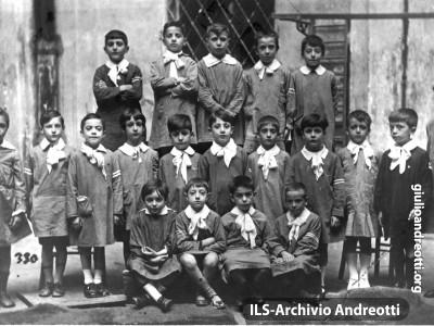 """Giulio in III elementare. È il secondo da destra, nella seconda fila, nella foto scolastica della """"Carlo Armellini"""" di Via della Maddalena. L'anno è il 1926."""