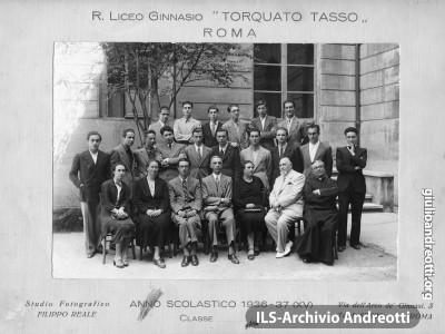 Foto di classe della III liceo del Torquato Tasso di Roma nell'anno scolastico 1936-37. Andreotti è al centro, in seconda fila.
