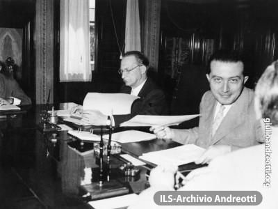 Andreotti accanto a De Gasperi al tavolo del Consiglio dei ministri.