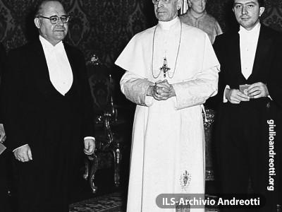 Andreotti e Gonella in udienza da Pio XII in occasione della visita di una delegazione governativa per l'Anno Santo del 1950.
