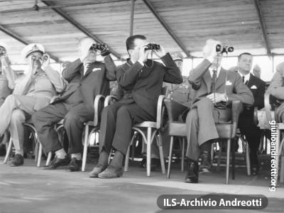 31 luglio 1962. Il Presidente della Repubblica Segni e il Ministro della Difesa Andreotti seguono lo svolgimento della esercitazione militare Flora nella campagna di Montalto di Castro, presso Roma