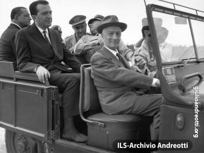 Il Presidente della Repubblica Segni, accompagnato dal Ministro della Difesa Andreotti, alla esercitazione militare Flora nella campagna di Montalto di Castro, presso Roma, il 31 luglio 1962.