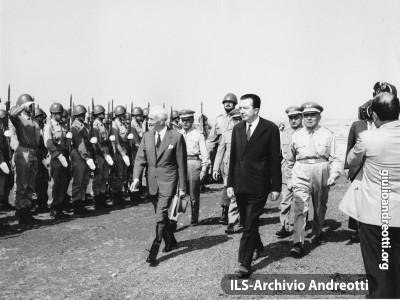 Accompagnato dal Ministro della Difesa Andreotti, il Presidente della Repubblica Segni passa in rassegna il picchetto d'onore il 31 luglio 1962. L'occasione è lo svolgimento della esercitazione militare Flora nella campagna di Montalto di Castro, presso