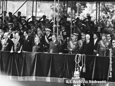 La tribuna delle autorità durante la parata militare del 2 giugno 1962 in via dei Fori Imperiali a Roma.