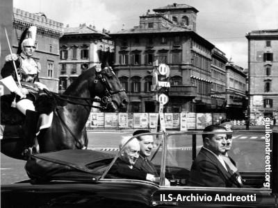 Il Presidente della Repubblica Segni, accompagnato dal Ministro della Difesa Andreotti, si reca ad assistere alla parata militare del 2 giugno in via dei fori Imperiali a Roma. E' il 1962.