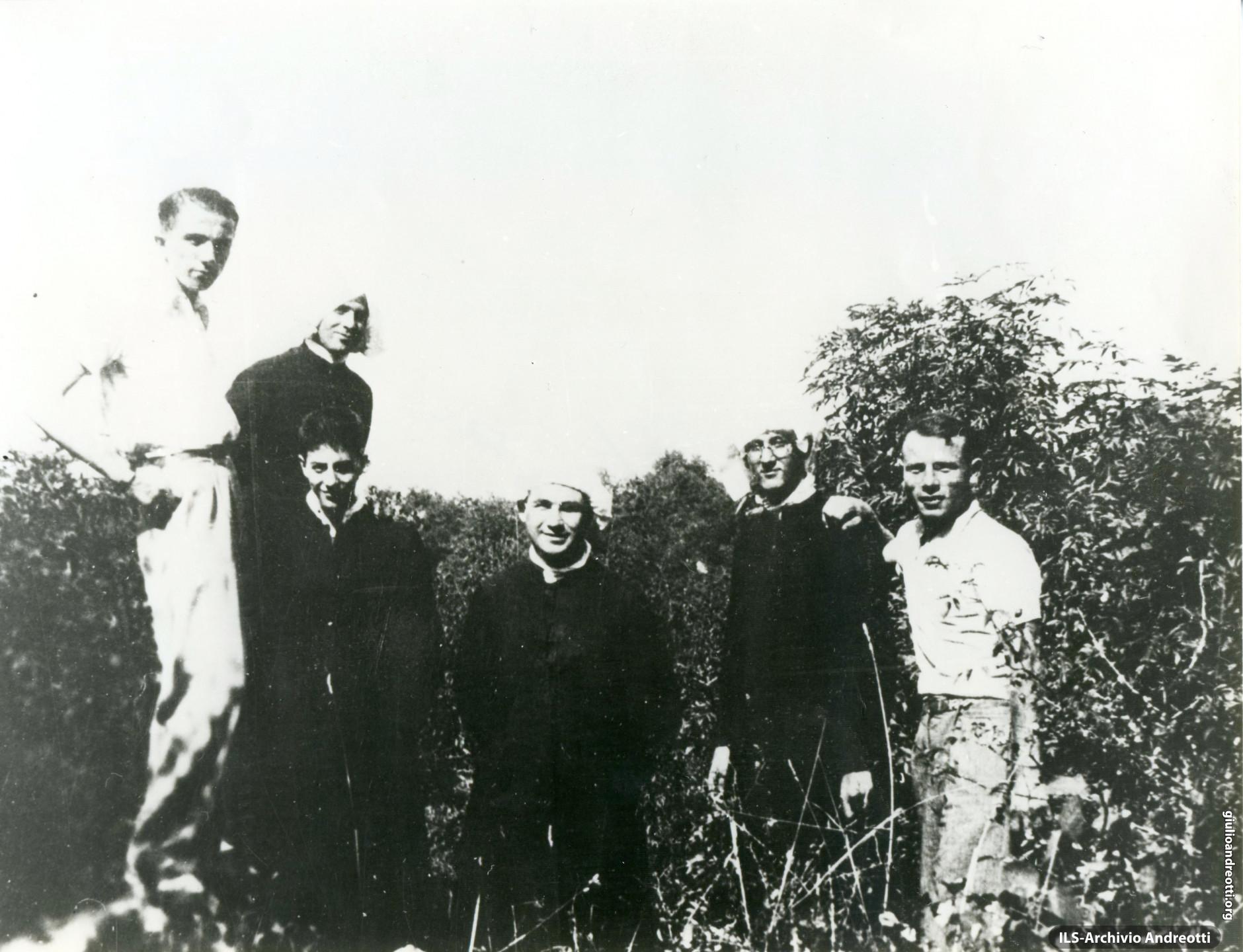 Andreotti a Segni con alcuni amici fra i quali i futuri cardinali Vincenzo Fagiolo e Angelo Felici.