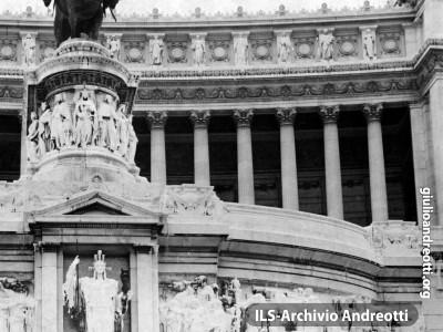 14 maggio 1962. Il Ministro della Difesa Andreotti accompagna il neo-Presidente della Repubblica Segni che rende omaggio al Milite Ignoto