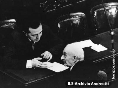 Antonio Segni con Giulio Andreotti nell'aula di Montecitorio il giorno della sua elezione a Presidente della Repubblica: il 6 maggio 1962.