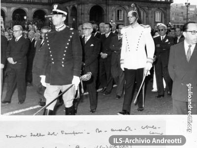 2 ottobre 1959. Si svolgono a Napoli i funerali del Capo provvisorio dello Stato Enrico De Nicola. Andreotti annota i nomi dei presenti nel corteo funebre.