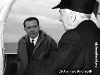Il Ministro della Difesa Andreotti insieme con il Presidente del Consiglio Segni durante una esercitazione della marina militare