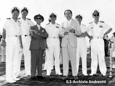 Andreotti con il Presidente del Consiglio Segni a bordo della portaerei americana Roosvelt nell'agosto del 1959