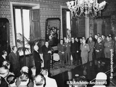20 febbraio 1959. Al ministero della Difesa, passaggio di consegne fra Antonio Segni e Giulio Andreotti.