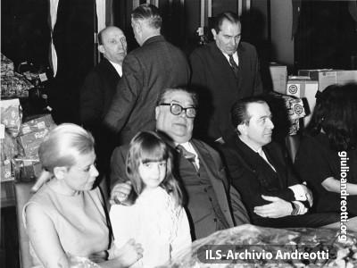 24 dicembre 1967. Al Ministero dell'Industria, Befana per i dipendenti. Alla festa, ndreotti è accanto ad Aldo Fabrizi.