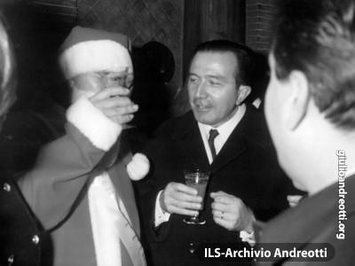 Dicembre 1967. Brindisi con Babbo Natale alla inaugurazione degli addobbi di Via Frattina