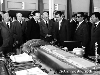 Aprile 1966. Andreotti, Ministro dell'Industria, Commercio e Artigianato, in visita alla Fiera di Milano.