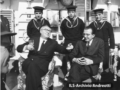 4 aprile 1965. Il Presidente della Repubblica Saragat e il Ministro della Difesa Andreotti a bordo dell'incrociatore Garibaldi nelle acque al largo di Gaeta.