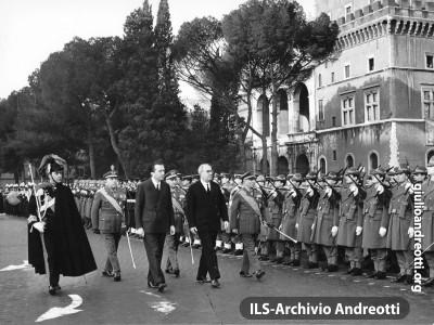 Piazza Venezia, 30 dicembre 1964. Il Ministro della Difesa Andreotti accompagna il Presidente della Repubblica, Saragat, durante la cerimonia di omaggio al Milite Ignoto.