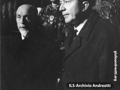 Dicembre 1964. Andreotti con Giuseppe Medici, Ministro per la Riforma della Pubblica Amministrazione, in Quirinale per l'insediamento del Presidente della Repubblica Saragat.