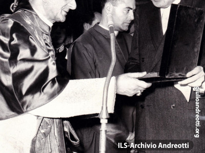 """18 maggio 1964. Giulio Andreotti, Ministro della Difesa, consegna a Paolo VI la copia del foglio matricolare di Giovanni XXIII. """"Il più illustre dei sottufficiali"""", definì Andreotti Angelo Roncalli, ricordandone il servizio prestato nella Sanità militare"""