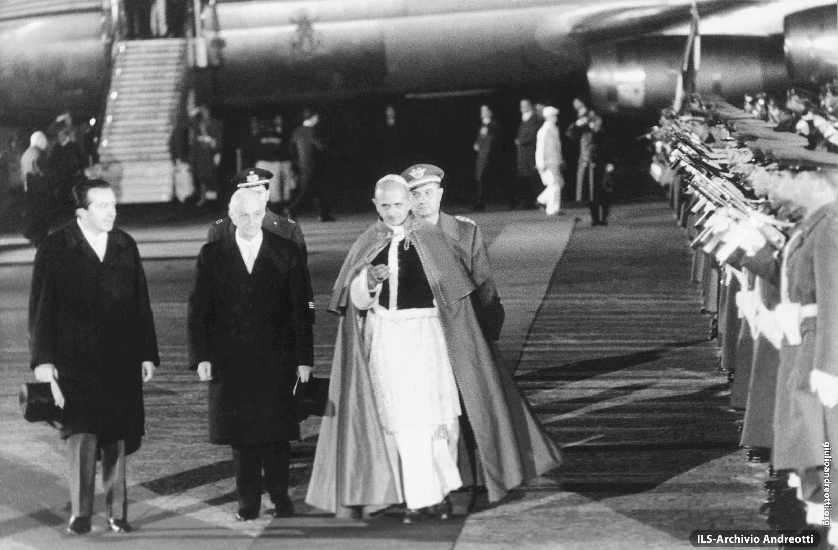 6 gennaio 1964. Giulio Andreotti accoglie insieme al Presidente della Repubblica Antonio Segni, il Papa Paolo VI di ritorno dal pellegrinaggio in Terra Santa (foto Osservatore Romano)