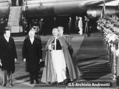 6 gennaio 1964. Giulio Andreotti accoglie insieme al Presidente della Repubblica Antonio Segni, il Papa Paolo VI di ritorno dal pellegrinaggio in Terra Santa.