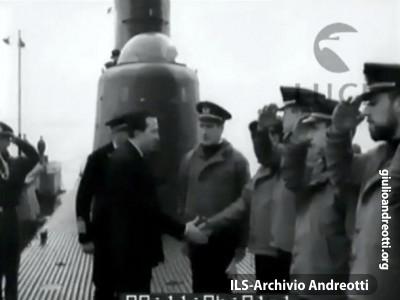Novembre 1963. Giulio Andreotti, ministro della Difesa, a bordo del sommergibile Torricelli in occasione delle manovre manavli svoltesi al largo di La Spezia.