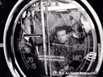 Da Ministro della Difesa, Andreotti visita il sommergibile Torricelli nel porto di La Spezia il 31 ottobre 1963
