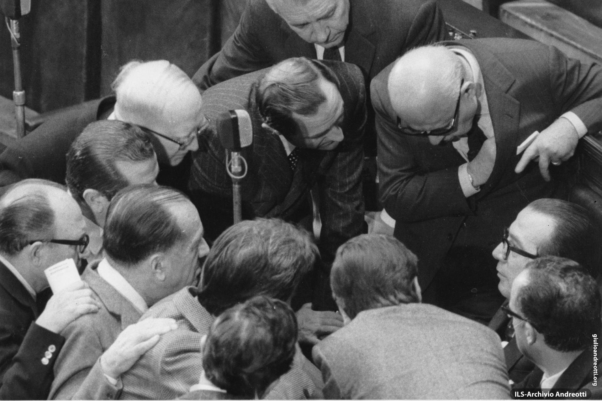 9 dicembre 1971. Nell'aula di Montecitorio i deputati democristiani si affollano intorno al capogruppo Andreotti per la votazione che proclamerà Giovanni Leone Presidente della Repubblica.
