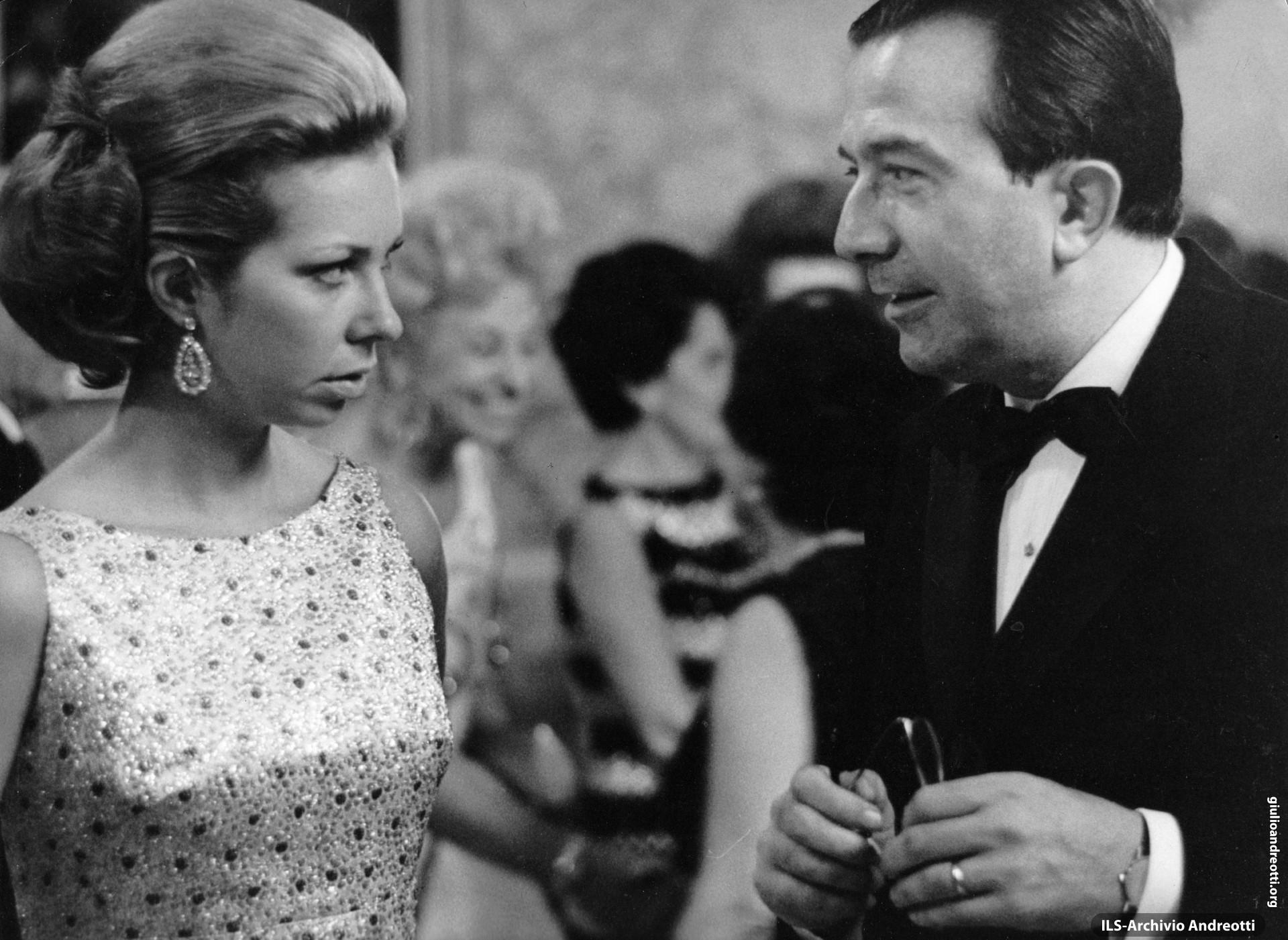 30 settembre 1968. Serata di gala a Napoli per la conclusione delle Giornate del Cinema di Sorrento. Andreotti a colloquio con la principessa Cristina di Svezia.