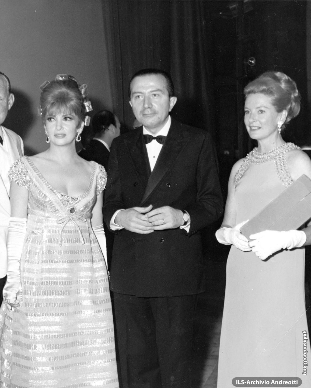 Andreotti con Gina Lollobrigida e Deborah Kerr il 30 settembre 1968, serata conclusiva delle Giornate del Cinema di Sorrento
