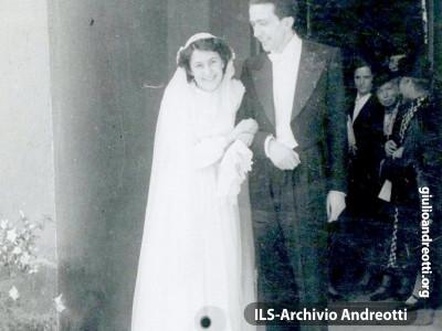 16 aprile 1945. Giulio e Livia sposi nella chiesa delle catacombe di Priscilla sulla via Salaria a Roma.