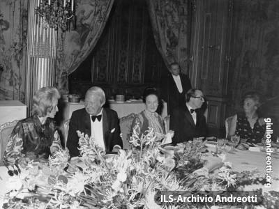 Cena di gala al vertice europeo di Parigi (19-22 ottobre 1972). Con Andreotti, il premier britannico Heath
