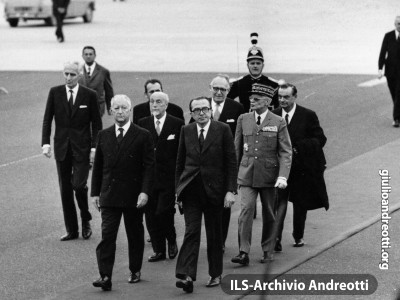 Ottobre 1972. Il Presidente del Consiglio Andreotti a Parigi per partecipare al Consiglio europeo, il primo con nove Paesi partecipanti. Con lui, il Ministro degli Esteri Giuseppe Medici e il Ministro del Tesoro Giovanni Malagodi.