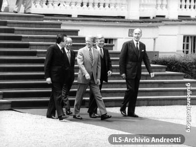 G7 di Bonn nei giorni 16-17 luglio 1978. Andreotti a passeggio in una pausa dei lavori con il primo ministro giapponese Fukuda, il presidente americano Carter, il cancelliere tedesco Schmidt e il presidente francese Giscard d'Estaing.