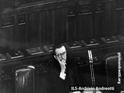 Andreotti solitario al suo banco di Presidente del Consiglio