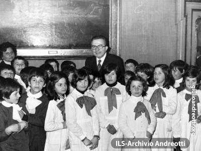 Gita scolastica a Palazzo Chigi. Il Presidente del Consiglio Andreotti con una scolaresca di Valmontone, cittadina dei dintorni di Roma. E' il 30 marzo 1977