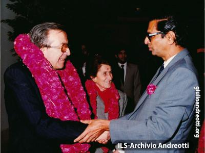 1987. Calorose accoglienze per Giulio Andreotti, Ministro degli Esteri, e per la moglie Livia nel corso del viaggio ufficiale in India.