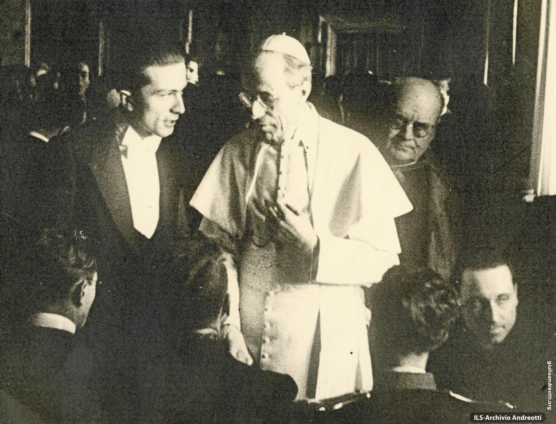 1942. Giulio Andreotti con Pio XII da Presidente della Fuci.