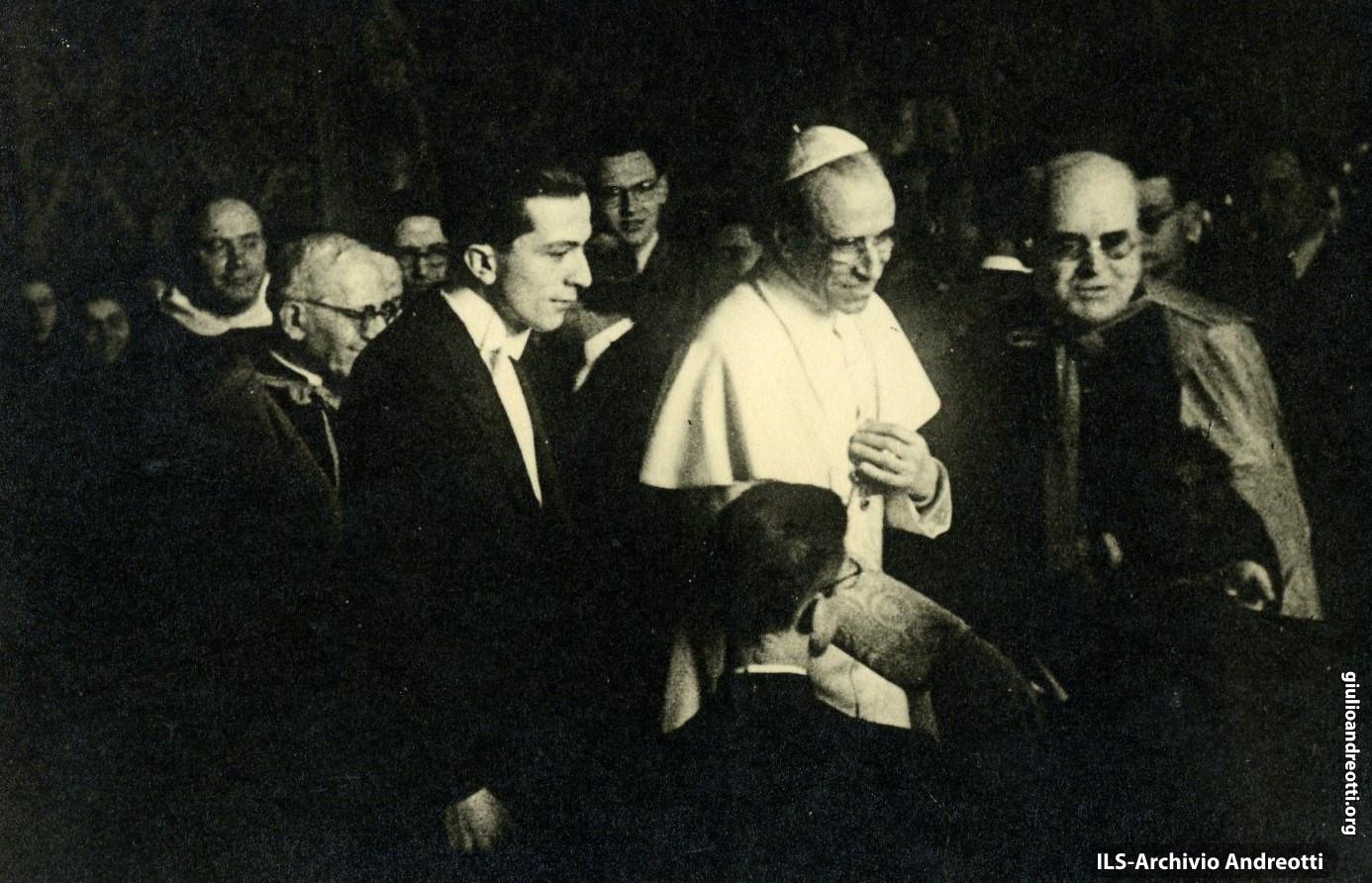 1942. Andreotti con Pio XII da Presidente della Fuci.