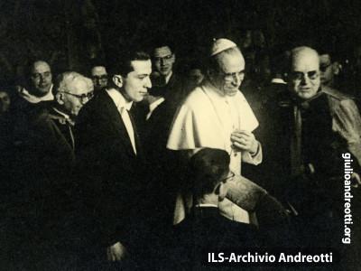 Giulio Andreotti con Pio XII da Presidente della Fuci.