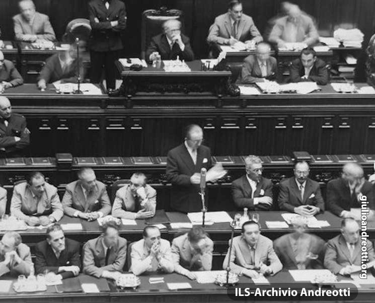 Andreotti al banco di Sottosegretario alla Presidenza nella seduta della Camera per la presentazione del Governo Pella. E' l'agosto del 1953.