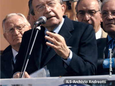 Maggio 2001, campagna elettorale. Comizio di Andreotti per Democrazia Europea